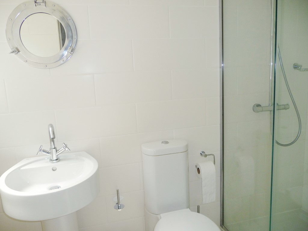 44) Sandhamn -  Shower room