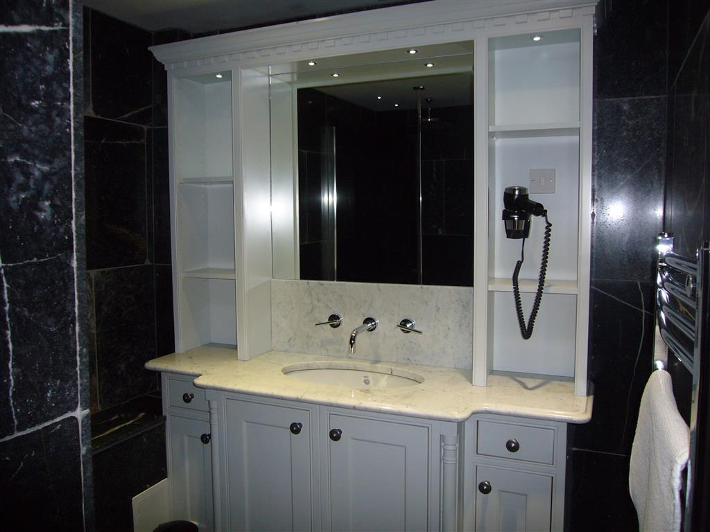26) Lews Lookout -  Ensuite shower room