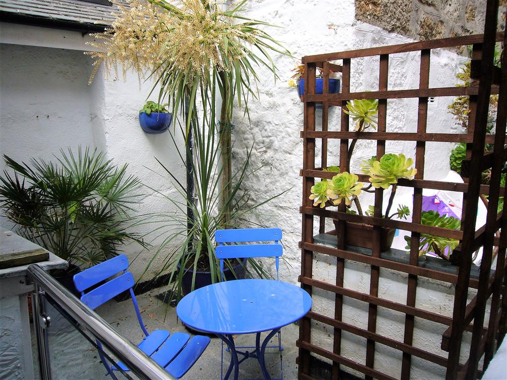 42) Lower Seaview -  Rear courtyard