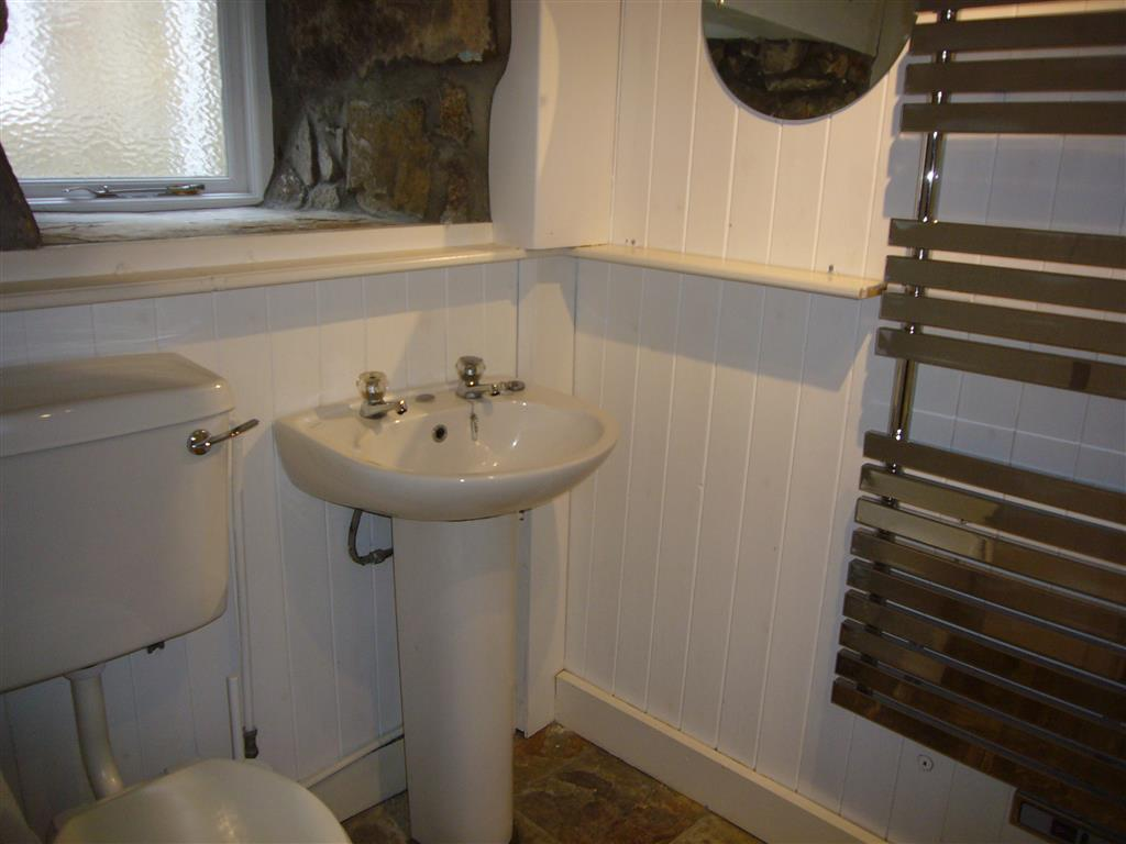 47) 75 Back Road East -  Bathroom