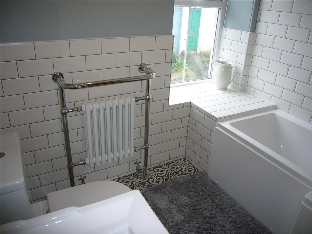 60) 24 Trenwith Place -  Family bathroom