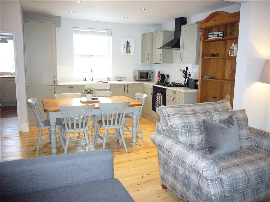 07) 24 Trenwith Place -  Open plan sitting and dining area