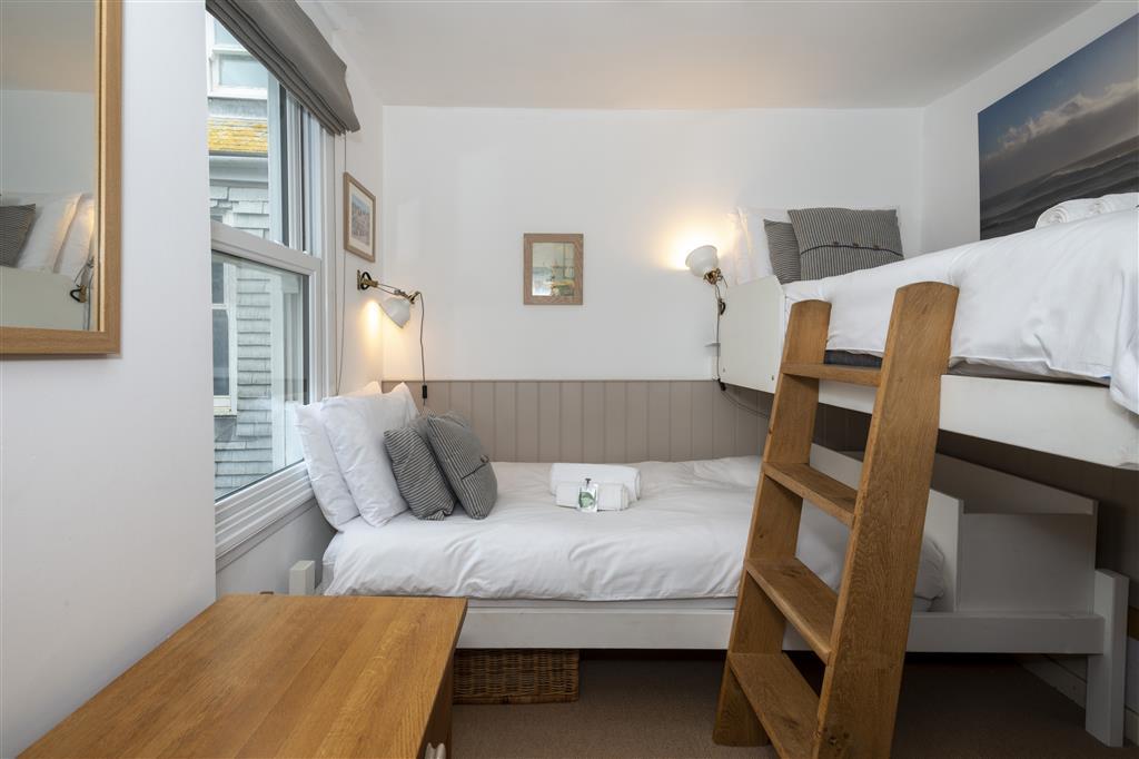 49) 3 Victoria House -  Twin room