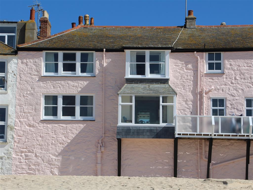 05) 5 Harrys Court -  Pink house on the beach