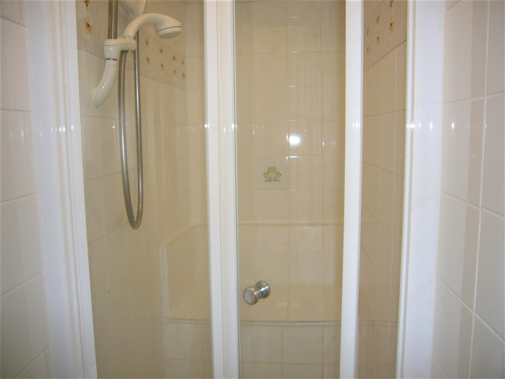 05) 5 Harrys Court -  Shower cubicle