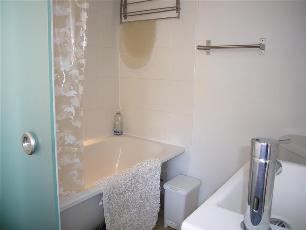 15) Surfs Up -  En-suite to Bedroom 1