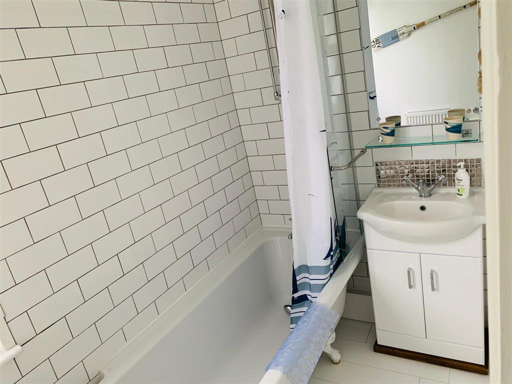31) 4 Hazelbury House -  Bathroom