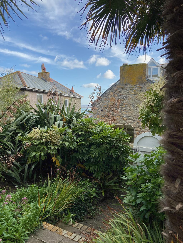 62) Porth Lite -  Courtyard