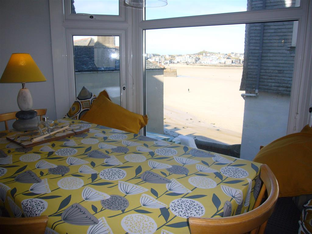 22) 10 The Warren -  Dining area and view to the harbour