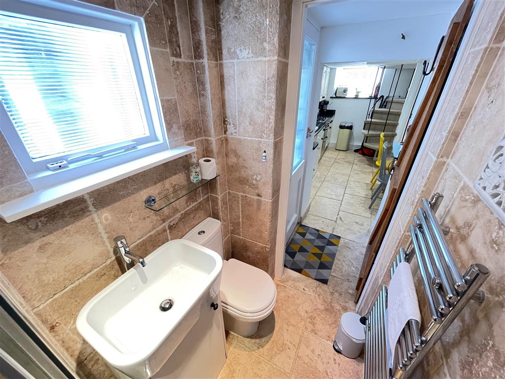 29) Sixpence Cottage -  Ensuite WC