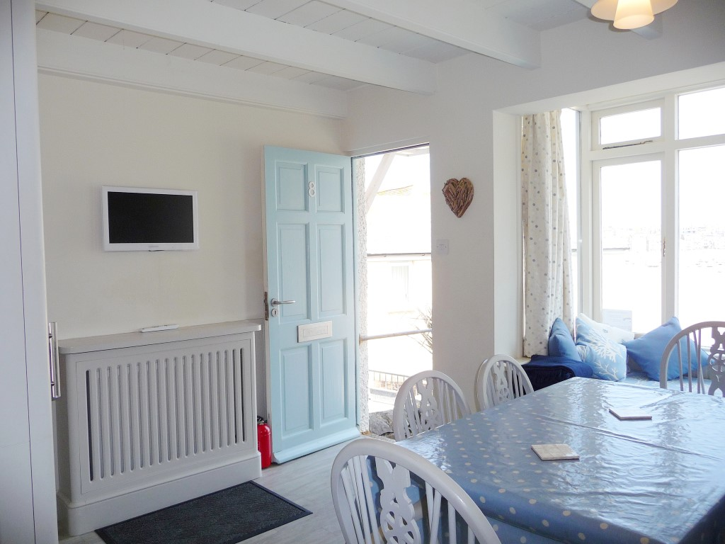 44) Sandhamn -  Kitchen dining area