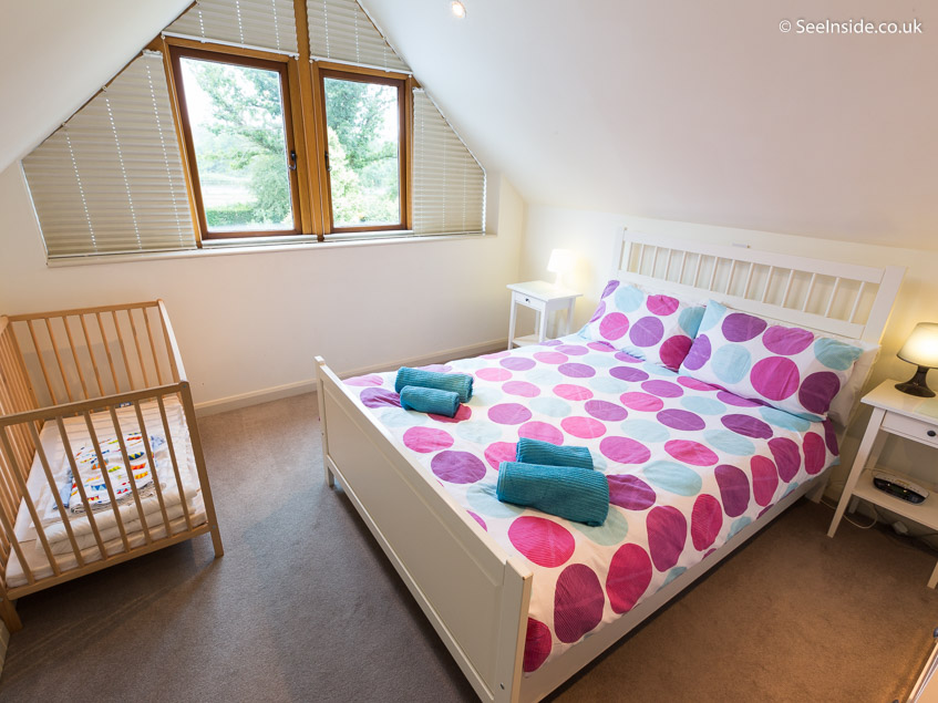 Woodland cottage - master bed with cot