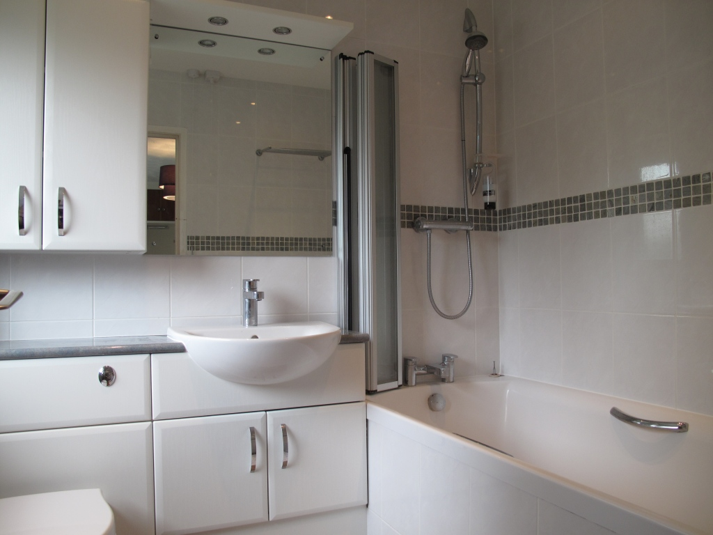 68 New Forest Drive Bathroom